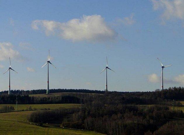 U JINDŘICHOVIC stojí zatím čtyři větrné elektrárny. Investor dostal souhlas k výstavbě dalších sedmi větrníků.