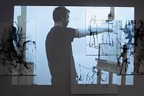 VÝSTAVA v klášteře. Jeden ze dvojice výtvarníků David Böhm kreslí matissovskou tyčí Matisse, jak kreslí tyčí.