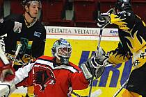 Hokejisté Baníku Sokolov (v černém) prohráli v dalším utkání druhé ligy s Českou Lípou 6:7 po samostatných nájezdech.