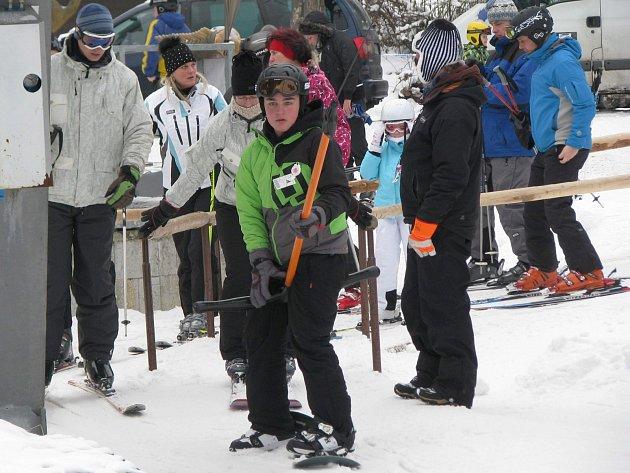 Lyžařská sezóna v horské Bublavě.