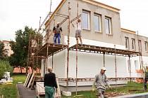 ZATÍMCO jedna strana školky už má zateplení fasády za sebou, v druhé části ještě probíhá stavební ruch.
