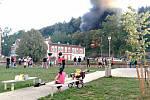 U trati lehla popelem nádražní budova, požár likvidovalo 65 hasičů.