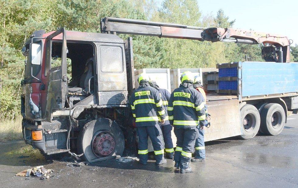 Požár nákladního auta na dálnici D6 u Sokolova.