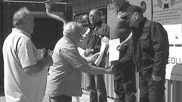 Nejlepší střelci závodu O pohár starosty Lomnice se opět mohli těšit z hodnotných cen, které jim předával předseda SSKP Sokolov Petr Tarant.