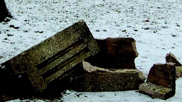 Zničený odpadkový koš.