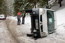 Na zledovatělé silnici mezi Sněžnou a Kraslicemi dostal smyk řidič služebního vozu. Z nehody naštěstí vyvázl bez zranění.