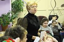 """""""I tvrdí rockeři mohou mít měkká srdce,"""" říká s úsměvem ředitelka Mateřídoušky Věra Bráborcová (na snímku během vánoční besídky ve stacionáři)."""