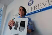 Preventistka městské policie Renáta Černá ukazuje sadu, která pomůže zachránit životy osamělým lidem
