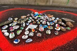 Až do 26. března můžete umístit malovaný kamínek do velkého namalovaného srdce na náměstí Budovatelů v Sokolově.