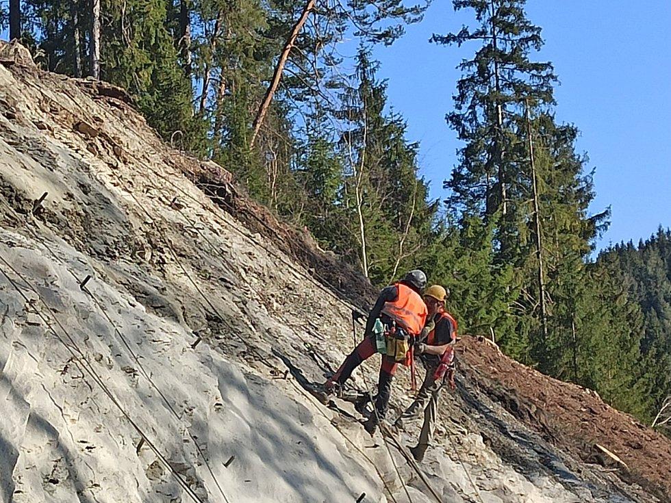 Vrtači ubírají skálu u křižovatky v Anenském Údolí.