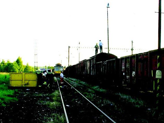 Při přelézání tohoto vagonu popálilo elektické vedení dvanáctiletého chlapce.