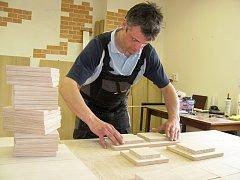 Řezbář Petr Schuldes vyrábí nábytek pro novou apatyku.