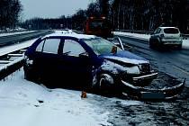 NEHODY zaměstnaly během uplynulých dní policisty v celém kraji. Na snímku je kolize škodovky na rychlostní silnici R6, kdy řidič narazil do svodidel.