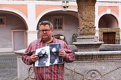 Dvě fotografie jedné holčičky ukazuje Michael Rund. Ta vlevo vznikla v Praze, druhá je z Mauthausenu.
