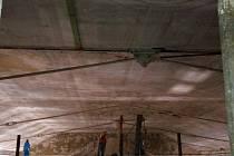 SNÍMÁNÍ stropu v loketské Dvoraně.