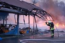 ROZSÁHLÝ požár zaměstnal hasiče v Hraničné u Kraslic, kde v dubnu zřejmě z nedbalosti začala hořet asijská tržnice. Na pomoc museli přijet i němečtí kolegové.
