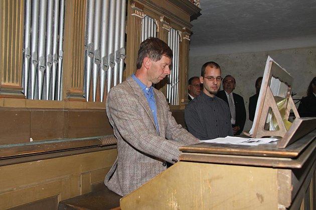 VARHANÍK Petr Rojík znovu rozezněl historické varhany při setkání rodáků. Vedle něj stojí jejich opravář Martin Josef.