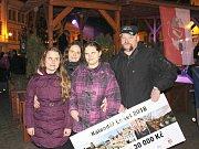 Nikolka a Lenka Bukóciovy z Lokte převzaly spolu s rodiči šek na 30 tisíc, které jim splní jejich přání.