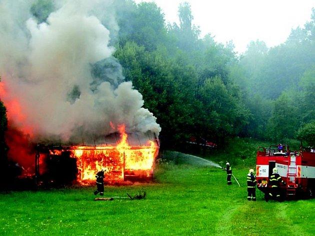 Skautská chata v Horním Slavkova začala hořet po úderu blesku.