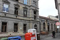 Loketská Dvorana bývala významným kulturním centrem města. Teď však už téměř tři desítky let chátrá.