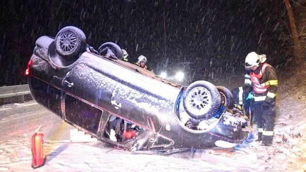 Nehoda na silnici mezi Horním Slavkovem a Loktem.