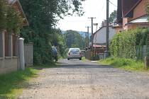 ROZBITÉ obecní silnice ve Stříbrné se dočkají oprav.