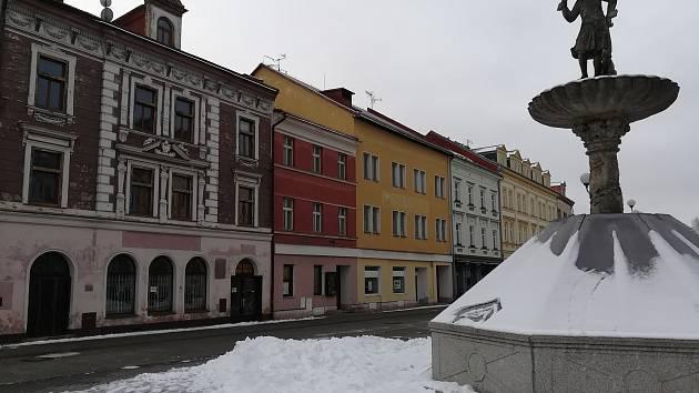 Tři objekty na Starém náměstí, které patří městu. Ve dvou z nich bude nová knihovna.