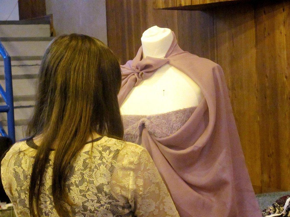 KAŽDÁ ZE ŠKOL přivezla na veletrh aspoň malou ukázku své práce. Kuchtíci pečený čaj, strojaři ze ZČU elektromotorky a oděvní designérky průběžně převlékaly figurínu.
