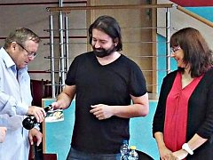 Michal Březina při křtu knihy v sokolovské knihovně.