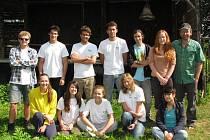 Tato parta mladých dobrovolníků přijela letos v létě do Hřeben pomáhat, rozšířit si své obzory a poznat zdejší zvyklosti.