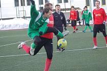 Zimní turnaj u sportovní haly pořádaný SSZ: BU Nové Sedlo - Spartak Chodov B (v červeném)