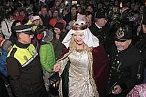 Zahájení adventu v Chodově si mohli lidé užít už v pátek v podvečer. Rozsvícení výzdoby odstartovala velká světlice a na pódiu se objevila také svatá Barbora s vánočním světlem.