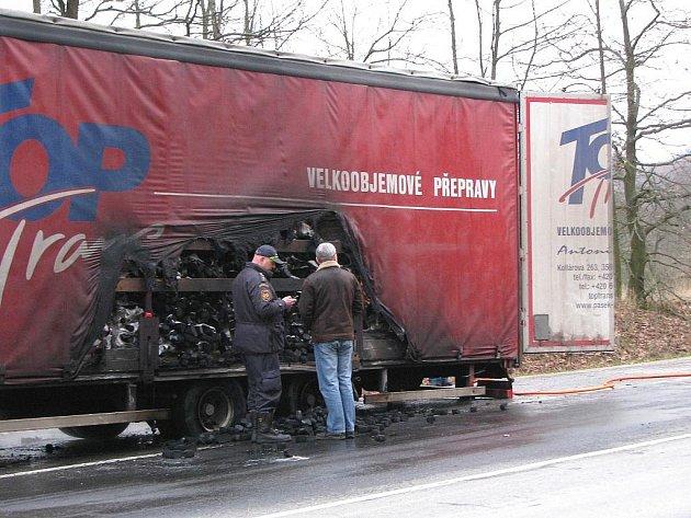Přívěs s nákladem briket vzplál v pondělí ráno na silnici I/6 u Kynšperka nad Ohří. Oheň poškodil levou stranu přívěsu. Na místě zasahovali hasiči a policisté, kteří dohlíželi na plynulost dopravy po frekventované silnici.