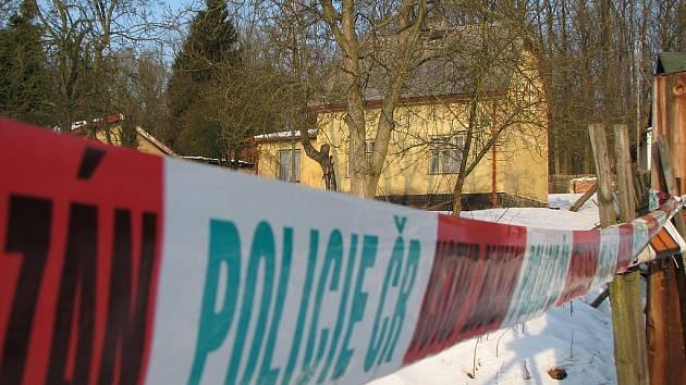 Policejní páska na plotě zahrady napovídá, kde ke krvavé tragédii došlo.