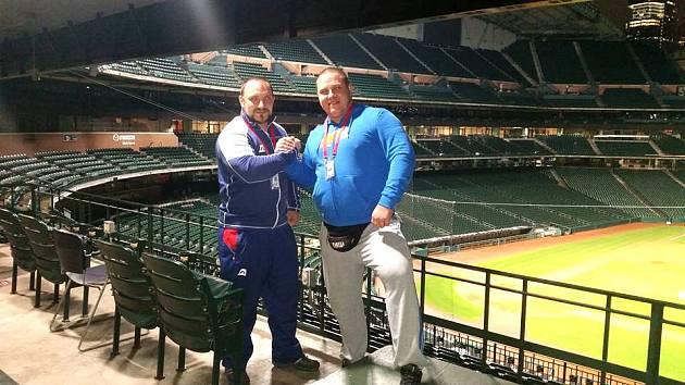 Kamil Kučera a Jiří Orság na baseballovém stadionu v Houstonu