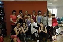 Tae Bo aerobic navštěvují i ženy a dívky v sokolovském studiu, kde Petr Hodek předcvičuje