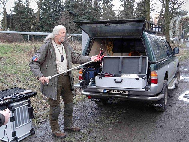 ZÁCHRANNÁ stanice má nové vybavení. Její správce a zvířecí záchranář Vladimír Tomáš Smolík ukazuje odchytovou techniku.