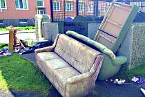 Odložený nábytek v ulici Sv. Čecha.