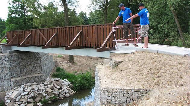 VODÁCI zvědavě obhlížejí nový mostek, který vede na ostrůvek u kynšperského tábořiště.