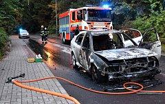 Auto začalo za jízdy hořet, řidiči se ve Slavkově podařilo utéct.