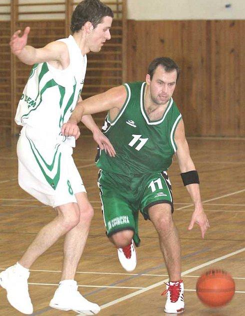 David Zdeněk z BK Sokolov (s míčem).