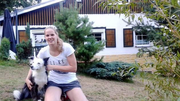 Alena Hanušová tráví léto s rodinou a přáteli. Tropická vedra jsou je prý lepší trávit v horách na chalupě, Stříbrná má i lepší prostředí pro kondiční tréninky.