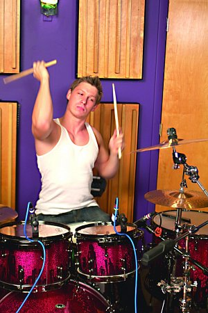 Bubeník Pavel Valdman.