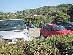 Odstavná plocha u benzinky je jednou z možností, kde zaparkovat nejen v době kulturní sezony.