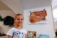 Téměř sedmdesát soutěžních výtvarných prací loketských dětí je k vidění do konce srpna v knihovně v Lokti.