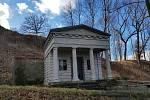 Při revitalizaci parku pod kopcem Hard nechá město oplotit hrobku rodiny Schusterů