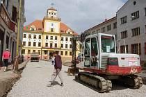 KVŮLI PRACÍM je omezen provoz na náměstí před budovou radnice. Kompletní rekonstrukce skončí na konci roku.