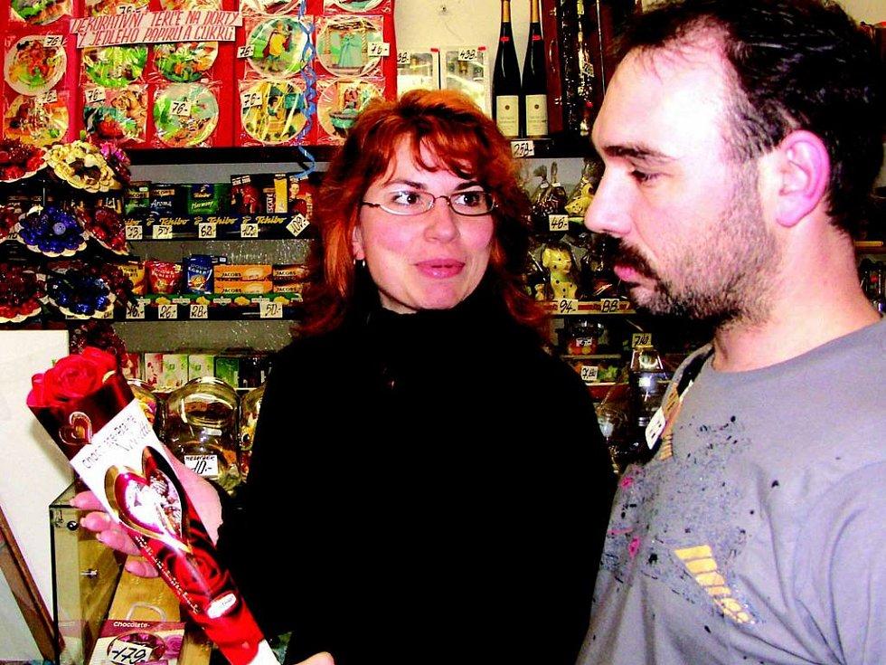 Dárky k svátku všech zamilovaných vybírali v cukrárně manželé Novákovi