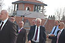 PREZIDENT Miloš Zeman u torza bublavského akvaparku.