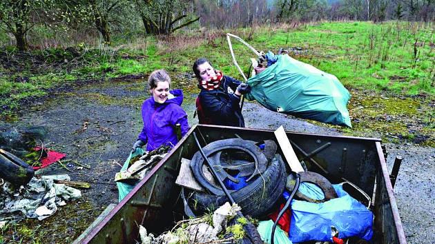 DOBROVOLNÍCI se v Jindřichovicích pustili do úklidu. V přírodě nacházeli pneumatiky a elektroniku. Naplnili dva kontejnery.